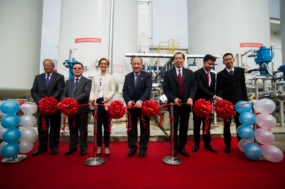 Minister of Energy, Manpower and Industry Dato Seri Setia Dr Awang Haji Mat Suny inaugurating the ASU with Ambassador Ramage, QAF CEO) Albert Lau, VP Air Liquide Ng Boon Hai, SEA CEOAir Liquide Virginie Cavalli and officials